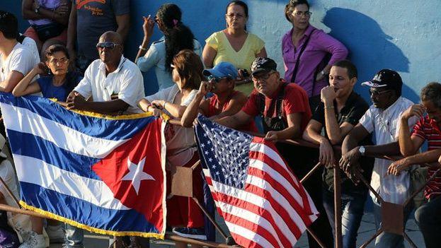 Banderas de Estados Unidos y Cuba en las calles de La Habana