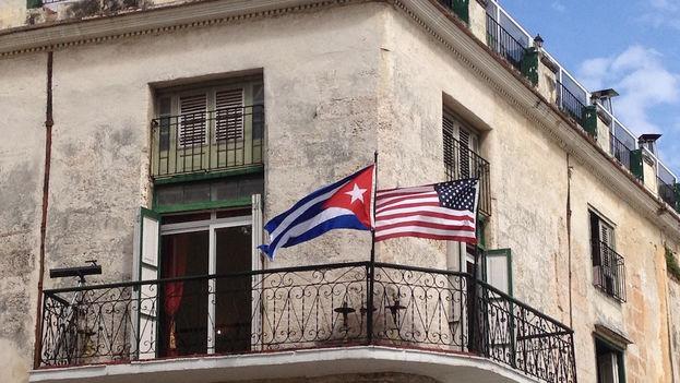"""En varios centros de trabajo cercanos a las vías por las que transitará Obama, han convocado a """"mostrar solidaridad, pero sin llevar banderas norteamericanas ni el rostro de Obama en los carteles"""", refiere a '14ymedio' la empleada de una sucursal bancaria cercana al estadio Latinoamericano"""