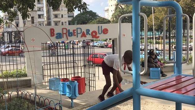 El parque público Barbeparque, rescatado, diseñado y construido por Artecorte en colaboración con estudiantes del Instituto Superior de Diseño de La Universidad de La Habana y la Oficina del Historiador. (Ted Henken)