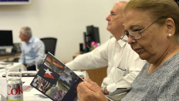 Martha Beatriz Roque lee el programa de la Fundación Nacional Cubano Americana en Miami. (14ymedio)