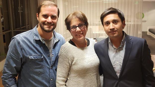 Jaime Bellolio (izqda.), tampoco pudo entrar en Cuba al Premio Payá. En la imagen, junto a Ofelia Acevedo y Miguel Calixto para mostrarle su apoyo. (@jbellolio)