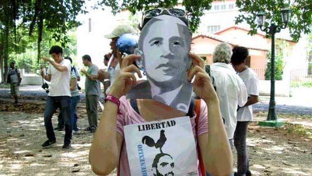 Durante la marcha de las Damas de Blanco de este domingo 9 de agosto, algunos manifestantes portaron máscaras de Barack Obama. (Twitter/ @ForoDyL)