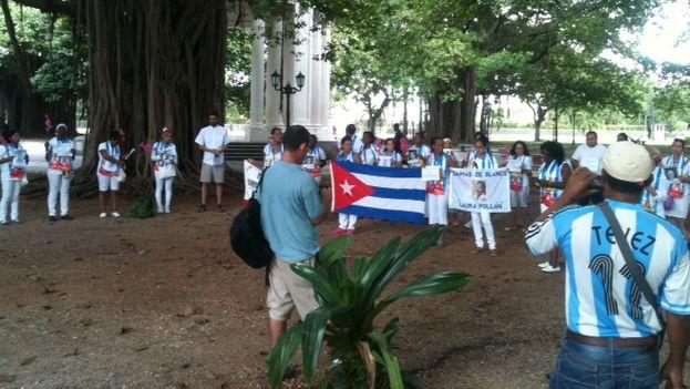 damas de Blanco y activistas congregados en el parque Gandhi (Foto Ángel Moya)
