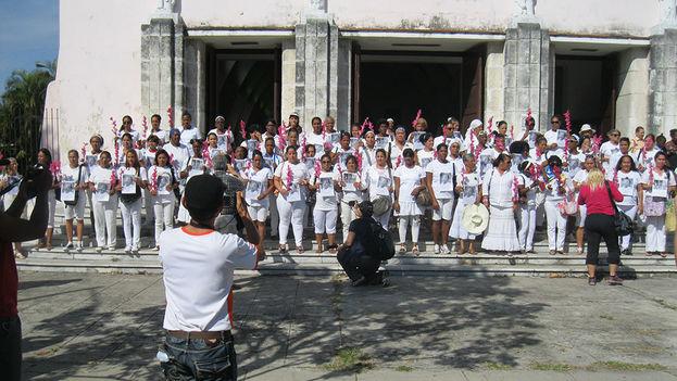 Damas de Blanco frente a la iglesia de Santa Rita en La Habana. (Agustin Lopez Canino)