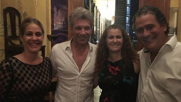 Bon Jovi (segundo a la izquierda) en el célebre restaurante privado La Guarida, La Habana. (Facebook)