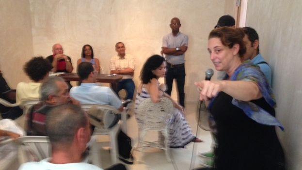 """Tania Bruguera toma la palabra en el encuentro entre activistas mantenido este lunes en la sede del """"Instituto de Artivismo Hannah Arendt"""". (14ymedio)"""