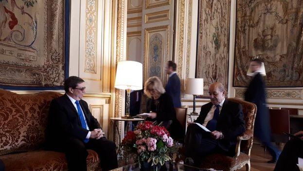 """Bruno Rodrígue y Jean-Yves Le Drian constataron la """"positiva marcha de la relación bilateral e intercambiaron puntos de vista sobre temas de la actualidad internacional"""". (Minrex)"""