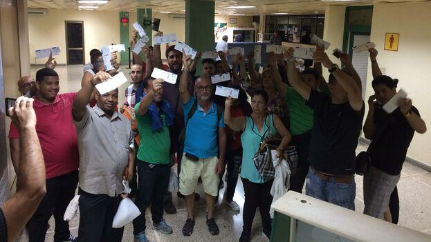 Algunos de los pasajeros del vuelo CU 290540, quienes protagonizaron una protesta en el areopuerto de Holguín. (Facebook)