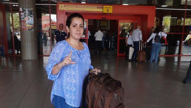 Camila Acosta en el aeropuerto en el momento de saber que no podría viajar por orden del Gobierno.