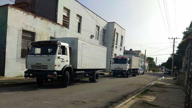 Camiones repletos de policías antimotines permanecen apostados en las inmediaciones del tribunal. (14ymedio)