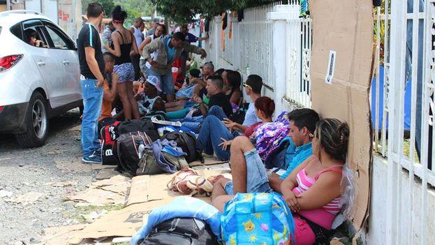 Un grupo de migrantes cubanos en Pasos Canoa (Panamá) durante la Navidad. (EFE/Marcelino Rosario)