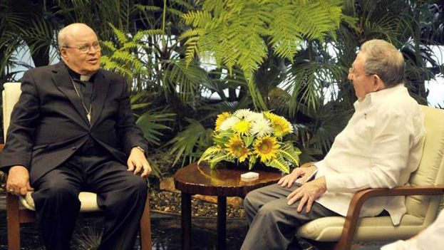 El Cardenal Jaime Ortega reunido con el presidente Raúl Castro. (EFE)