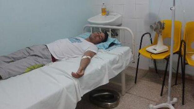 Carlos Amel Oliva recibiendo suero hidratante en el Policlínico 28 de Septiembre. (Twitter)