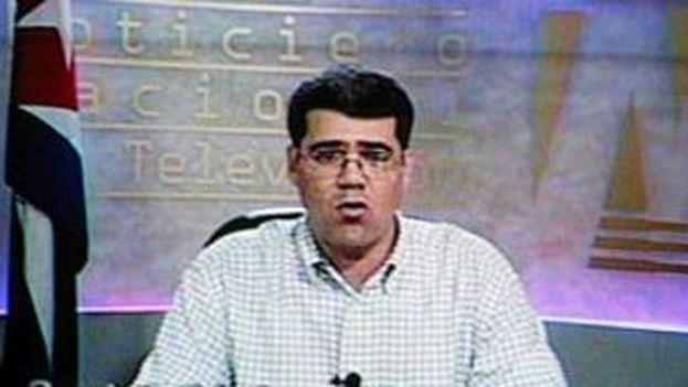 Carlos Valenciaga, jefe de despacho de Fidel Castro, mientras daba lectura a la Proclama en la noche del 31 de julio de 20016. (Televisión)
