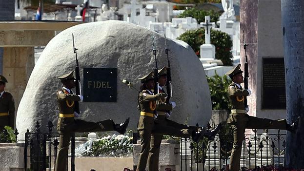 Las cenizas de Fidel Castro yacen cerca de la tumba de José Martí, héroe de la independencia de Cuba, en el cementerio Santa Ifigenia, en Santiago de Cuba. (CC)