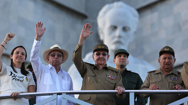 Raúl Castro junto a la plana mayor del Gobierno saluda desde la tribuna en la Plaza de la Revolución. (EFE)