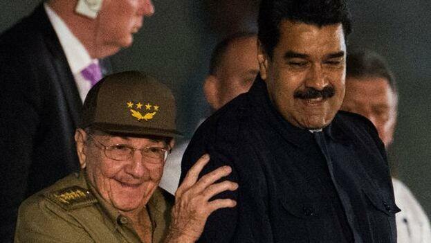 Raúl Castro se apoya en Nicolás Maduro durante los funerales de su hermano Fidel. (EFE)