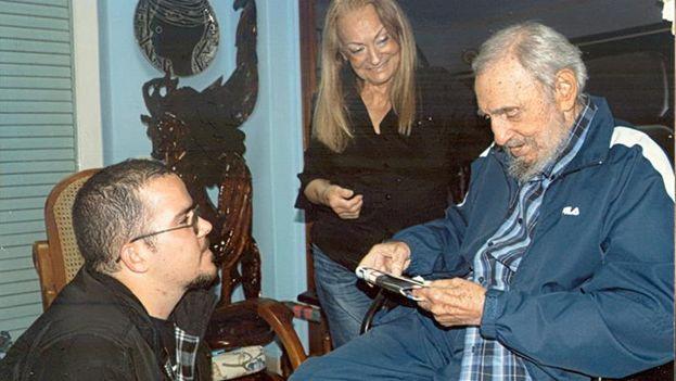 Fidel Castro frente a Randy Perdomo, de rodillas, y su mujer Dalia Soto del Valle. (EFE/Estudios Revolución/CUBADEBATE)