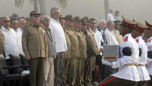 """Raúl Castro participó en una ceremonia en el mausoleo del Segundo Frente Oriental """"Frank País"""", donde está el nicho en que será enterrado. (Granma)"""