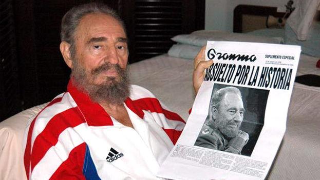 Castro con una fotocopia del periódico Granma, el 12 de agosto de 2006, pocos días después de enfrentarse a una operación en el intestino. (redes)