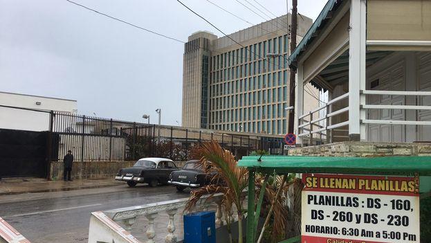 Centenares de personas trabajan en los alrededores de la Embajada de Estados Unidos en La Habana en pequeños negocios privados. (14ymedio)