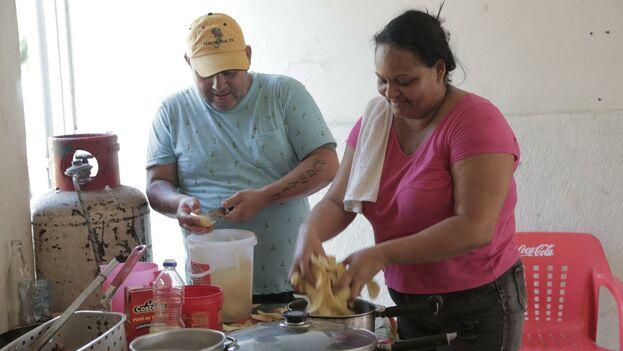 Rene Saborido y Mariela Cervantes trabajan en la cocina de Gorditas Tía Raquel Restaurante en Matamoros, Mexico. Jose A. Iglesias