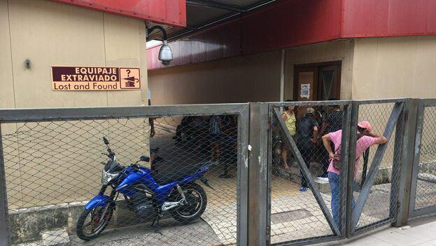 Un candado cierra la reja de acceso a la zona de espera para recuperar el equipaje extraviado que ya está en territorio nacional. (14ymedio)
