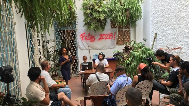 Charla con los artistas Jenifer Acuña y Alejandro Barreras en Instar. (14ymedio)