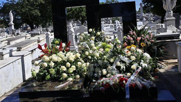 Varias coronas de flores permanecen este lunes sobre el panteón de la Academia de Ciencias de Cuba, en el Cementerio Colón de La Habana (Cuba), donde el domingo fue sepultado Fidel Castro Díaz-Balart. (EFE)