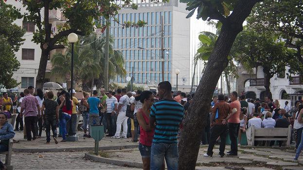 Cientos de cubanos hacen cola cada día a las afueras de la embajada de Estados Unidos en La Habana. (14ymedio)
