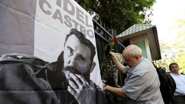 Cientos de personas hicieron cola desde primera hora aguardando a que dieran las nueve de la mañana para rendir tributo al expresidente. (EFE)