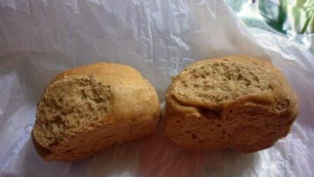 Cientos de internautas cubanos han publicado fotos con la mala calidad del pan del racionamiento y las largas colas para comprarlo. (Pedry Roxana Rojo)