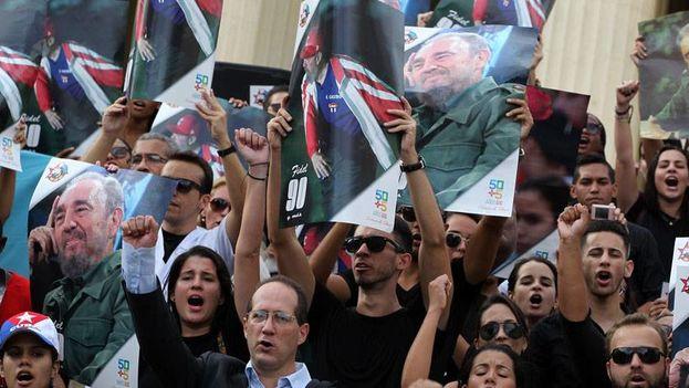 Cientos de jovenes universitarios se dieron cita para rendir tributo a Fidel Castro. (EFE)