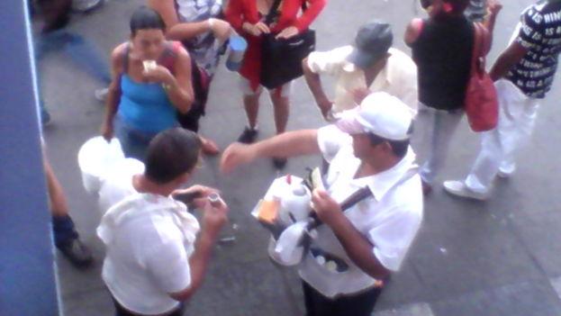Clientes de Café Soler en Pinar del Rio. (14ymedio)
