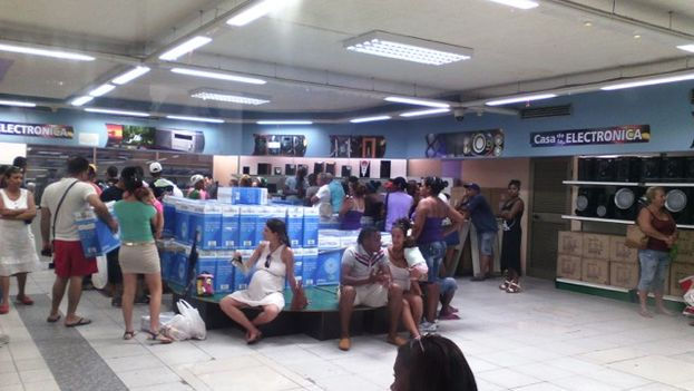 Clientes de una tienda de productos electrónicos en La Habana, en cola para comprar ventiladores. (14ymedio)