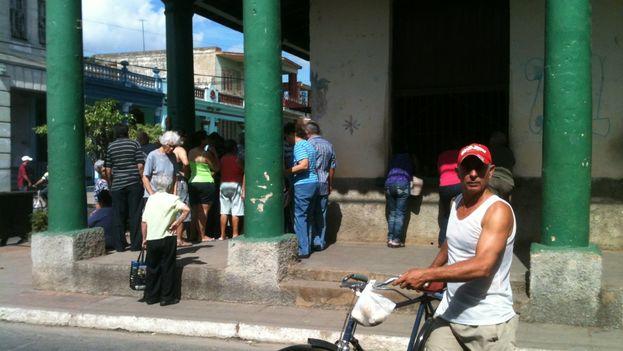 Cola para comprar papas en Pinar del Río. (14ymedio)
