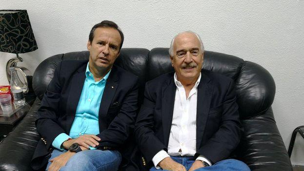 Los expresidentes de Colombia, Andrés Pastrana, y Bolivia, Jorge Quiroga, durante su retención en el aeropuerto internacional de La Habana. (@AndresPastrana_)