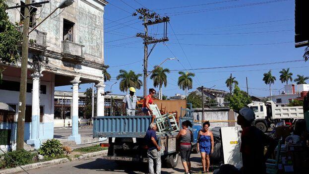Por la calle Colón un grupo de vecinos aguardan un camión que ha mandado el Gobierno para trasladar sus pertenencias a otro lugar. (14ymedio)
