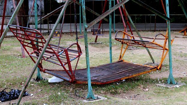 Columpios hundidos, canales agrietadas, sillas que no volarán en el parquecito de Domínguez. (Héctor Darío Reyes)