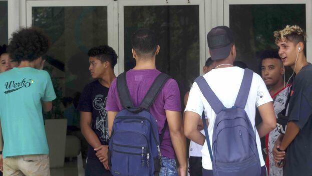 Un grupo de muchachos hacen cola frente al Palacio Central de Computación en La Habana. (14ymedio)