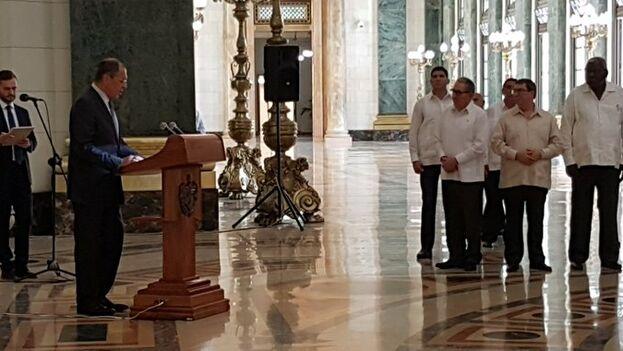 Raúl Castro Ruz, primer secretario del Partido Comunista de Cuba, acompañó a Lavrov al acto de inauguración de la restauración de la Estatua de la República en el Capitolio Nacional. (Angélica Paredes/ Radio Rebelde).