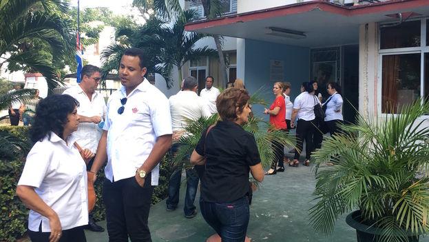 Concentraciones fuera de los centros de trabajo a la espera de las guaguas para ir a la Plaza de la Revolución. (14ymedio)