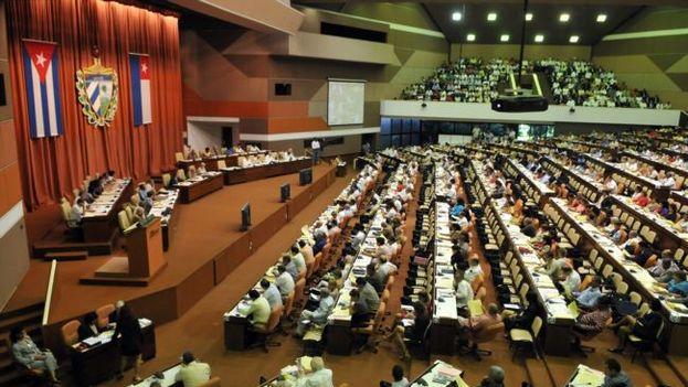 En la Constitución de la República no se establece que los diputados tengan la obligación o la atribución de analizar documentos emitidos por el Partido Comunista. (EFE)
