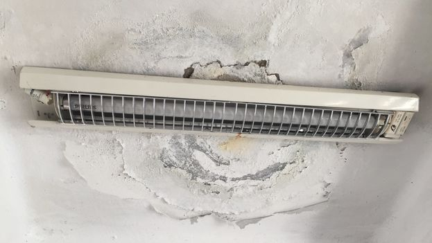 Cortocircuitos en las lámparas del techo, goteras y manchas son algunas de las consecuencias de la mala colocación de una cobertura en la azotea. (14ymedio)