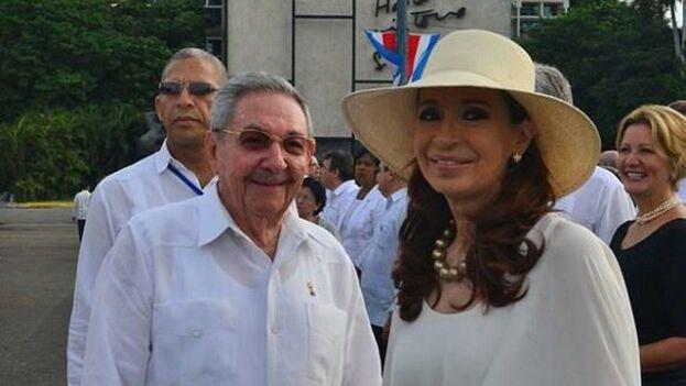 Cristina Fernández de Kirchner junto a Raúl Castro en una imagen de archivo. (EFE)