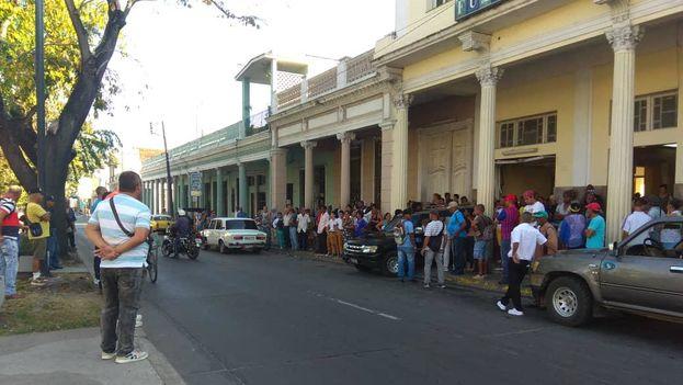 Un fuerte dispositivo policial acompañó el sepelio del presunto asesino de dos mujeres en Cienfuegos. (Justo Mora)
