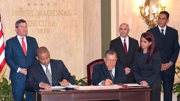 Cuba y EE UU han firmado este martes en La Habana un acuerdo sobre aviación civil. (Embajada de EE UU en La Habana)
