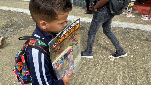 Los libros de dinosaurios tienen mucho éxito entre los más pequeños que llegan a la Feria. (14ymedio)