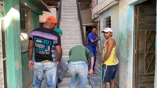 Una brigada de constructores lleva meses trabajando en la calle San Luis pero se avanza lento porque muchas veces no hay combustible para llevar a los obrero. (14ymedio)
