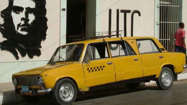 En Cuba se unió la carrocería de dos Lada para convertirlos en una suerte de limusina tropical, en la que se pudieran cargar más pasajeros. (Riccardo Romano)
